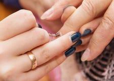 construisez les ongles artificiels, manucures, correction artificielle d'ongles, photo libre de droits