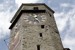 Construit de la pierre la tour d'horloge dans Rapperswil Photographie stock