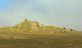 Construit du cairn en pierre au coucher du soleil, à minuit, le jour polaire Image stock