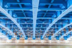 Construção de aço sob da ponte Fotos de Stock