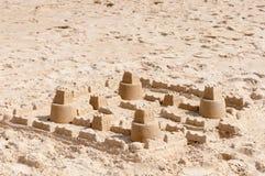 Construção do castelo da areia dos miúdos Fotos de Stock