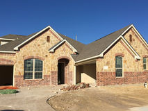 Construção nova da casa da rocha em suburbano Foto de Stock
