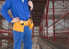 Construtor com a correia das ferramentas no andaime 3D Fotografia de Stock Royalty Free