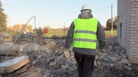 Construtor com tijolos danificados filme