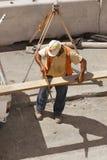 Construtor com uma serra da mão Fotos de Stock Royalty Free