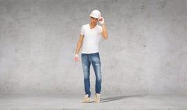 Construtor considerável no capacete e nas luvas Imagens de Stock Royalty Free