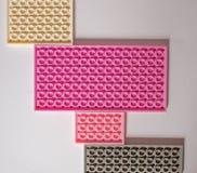 Construtor cor-de-rosa em um fundo branco Textura Conceito do minimalismo, configuração lisa, vista superior, fundo imagem de stock