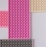 Construtor cor-de-rosa em um fundo branco Textura Conceito do minimalismo, configuração lisa, vista superior, fundo imagens de stock royalty free