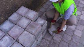 Construtor da mulher perto dos tijolos em exterior filme