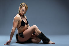 Construtor de corpo fêmea pesado no traje da pele de amazon fotos de stock royalty free