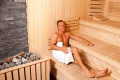 Construtor de corpo Relaxing In Sauna Imagens de Stock