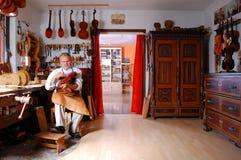 Construtor do violino e sua oficina Fotografia de Stock
