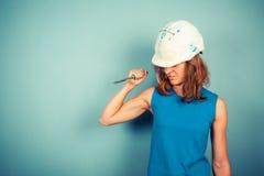 Construtor fêmea novo que guarda um formão aggresively imagens de stock royalty free