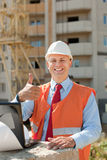 Construtor feliz no capacete de segurança Imagem de Stock Royalty Free