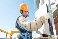 Construtor na instalação ventilada da telha da fachada Imagens de Stock Royalty Free