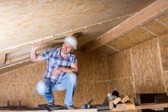 Construtor no andaime na casa inacabado Imagem de Stock Royalty Free