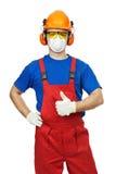 Construtor no capacete de segurança, nas capas protectoras para as orelhas, nos óculos de proteção e na máscara de gás Fotos de Stock Royalty Free