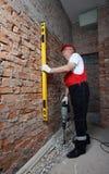 Construtor no uniforme com nível e plugger Foto de Stock