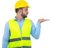 Construtor ou construtor irritado que gritam em alguém como o conceito da fúria isolado no fundo branco com copyspace imagem de stock