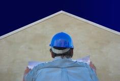 Construtor, plantas, casa e céu fotos de stock