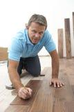 Construtor que coloca o revestimento de madeira Imagens de Stock