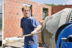Construtor que enche um misturador do conrete Fotografia de Stock Royalty Free