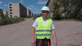 Construtor que fala com as casas de apartamento abandonadas próximas dos convidados video estoque