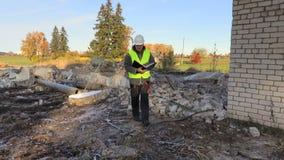 Construtor que inspeciona ruínas danificadas da casa vídeos de arquivo
