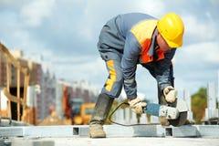 Construtor que trabalha com moedor da estaca Fotografia de Stock Royalty Free