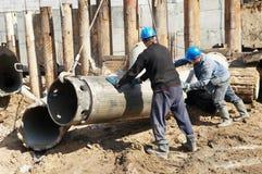 Construtores com equipamento para a pilha Fotografia de Stock Royalty Free