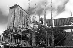 Construtores do andaime no trabalho Fotos de Stock Royalty Free
