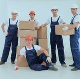 Construtores do contramestre e da equipe com caixas fotografia de stock royalty free