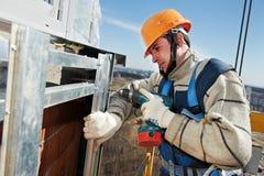 Construtores do trabalhador na instalação da telha da fachada Foto de Stock Royalty Free