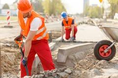 Construtores e pavimentação fotos de stock royalty free