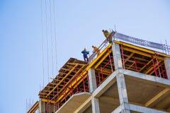 Construtores em uma parte superior Foto de Stock
