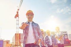 Construtores que apontam o dedo em você na construção Imagens de Stock Royalty Free