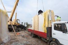 Construtores que instalam os painéis isolados estruturais do SORVO da casa de quadro Casa de quadro nova de construção Fotos de Stock Royalty Free