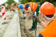 Construtores que trabalham avante fotos de stock
