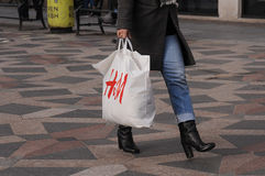 CONSUERS AVEC LE PANIER SUÉDOIS DE LA CHAÎNE H&M Photos libres de droits