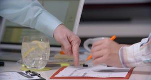Consulente aziendale che analizza le figure finanziarie