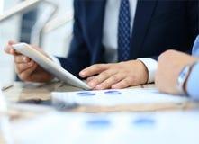 Consulente aziendale che analizza le figure finanziarie Fotografie Stock