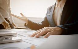 Consulente aziendale che analizza le figure finanziarie che denotano il progre fotografia stock