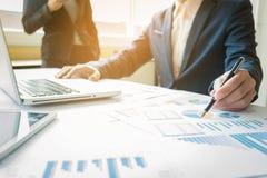 Consulente aziendale che analizza le figure finanziarie che denotano il progre immagine stock libera da diritti
