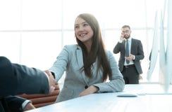 Consulente femminile che accoglie il cliente immagini stock libere da diritti