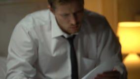 Consulente finanziario disperato che trova guasto nel rapporto, termine, lavoro stressante video d archivio