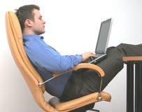 Consulente laborioso occupato con il computer portatile Fotografie Stock