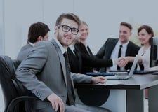 Consulente in materia di affari nel luogo di lavoro su fondo del partn di affari Immagine Stock