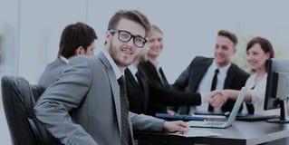 Consulente in materia di affari nel luogo di lavoro su fondo del partn di affari Immagini Stock Libere da Diritti