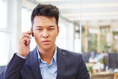 Consulente sul telefono facendo uso dello smartphone Fotografia Stock