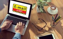 Consultação de advertência cortada email e vírus de Digitas foto de stock